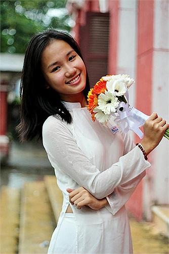 Nguyễn Xuân Nhật Hà, sinh năm 1996, từng là một cô bạn năng nổ của lớp Anh 1 trường THPT chuyên Quốc học Huế. Cô bạn thường xuyên xuất hiện trong vai trò MC cho các sự kiện, buổi giao lưu trò chuyện với học sinh quốc tế của trường.
