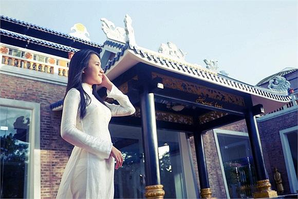 Nhật Hà luôn tự tin khi mang trên mình tà áo dài truyền thống Việt Nam trong các buổi lễ của bạn bè quốc tế.