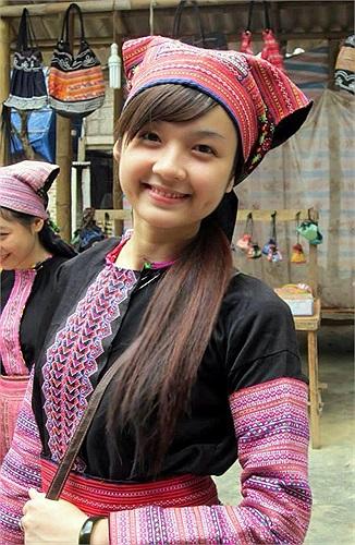 Cô gái đó chính là Trương Thị Ngọc Ánh (19/9/1993), hiện là sinh viên năm 3 ĐH Mỹ thuật công nghiệp, Hà Nội. Những tấm ảnh của Ánh trong trang phục H'Mông gây sốt những ngày qua được chụp trong một đợt thực tế ở Mai Châu, Hòa Bình.