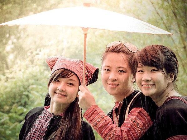 Những cô gái xinh đẹp trong trang phục dân tộc.