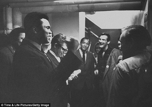 Ông bị cấm thi đấu từ năm 1967 tới 1971 và tước mọi đai vô địch các hạng cân trong môn quyền Anh. Thời gian này, ông đi khắp nước Mỹ để nói chuyện về sự phi lý của chiến tranh mà Mỹ thực hiện tại Việt Nam.