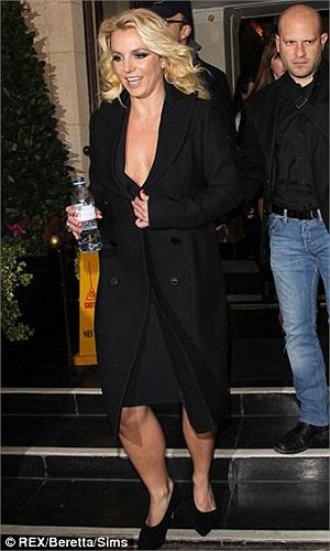 Britney tỏ ra khá vụng về với chiếc áo choàng đen khổ lớn khoác quanh người