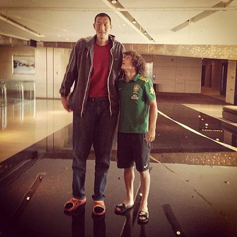 David Luiz quá bé nhỏ khi đứng cạnh cầu thủ bóng rổ người Trung Quốc Sun Mingming