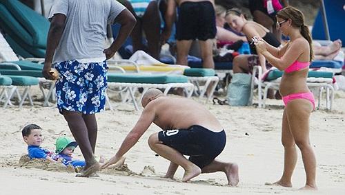 Coleen tranh thủ đưa hai con đi dạo biển trong lúc Rooney tập trung ở đội tuyển