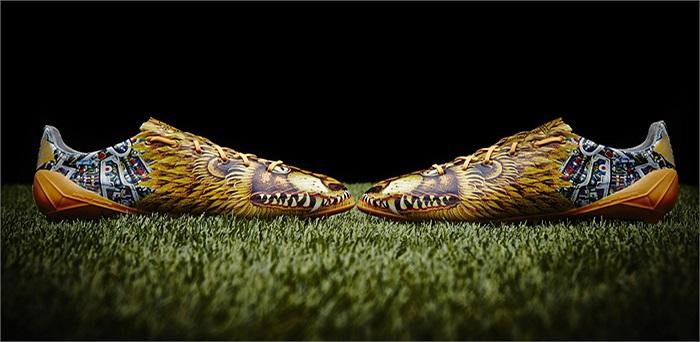 Đôi giày được thiết kế bởi nhà thiết kế thời trang người Nhật Bản, Yohji Yamamoto với họa tiết trang trí là hình đầu sư tử.