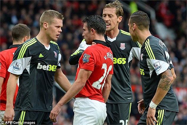 Robin van Persie chính là người quân bình tỷ số 1-1 cho MU. Nhưng sau bàn thắng mà tiền đạo người Hà Lan ghi được, anh đã bị Peter Crouch của Stoke... bóp cổ. (Hà Thành)