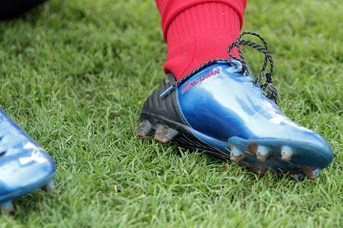 Ngay trước chuyến đi sang tập huấn tại Myanmar, Mạc Hồng Quân đã kịp thửa riêng cho mình một đôi giày hàng độc