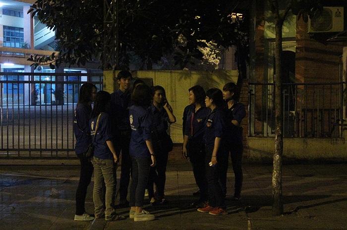 Chỉ mới 4h sáng, các nhóm sinh viên tình nguyện đã có mặt ở gần khu vực nhà tang lễ quốc gia số 5 Trần Thánh Tông