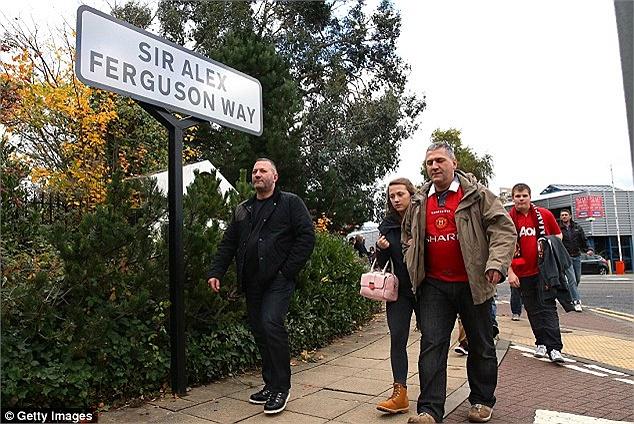Fan MU tới sân, đi trên đường Sir Alex Ferguson.