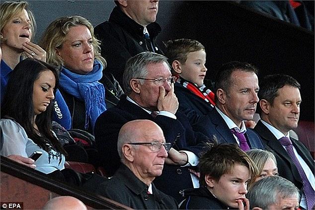 Trong sân Sir Alex Ferguson đã ngự đài...