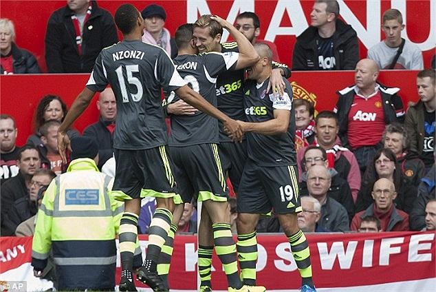 Phút thứ 4, sau hai pha kết thúc liên tiếp, Peter Crouch đã mang về bàn thẳng mở tỷ số cho Stoke City.