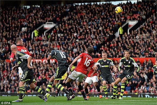 Sang hiệp 2, MU lại dồn lên tấn công. Phút 78, Rooney có pha lắc dầu điệu nghệ sau tình huống đá phạt góc bên cánh phải, gỡ hòa 2-2 cho MU.