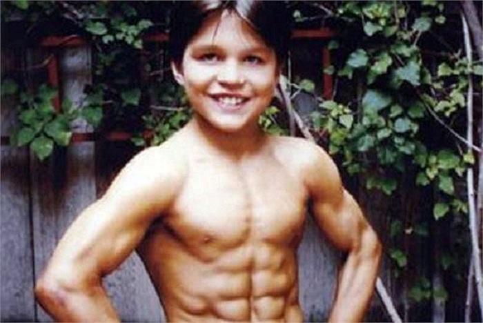 Họ bắt đầu đào tạo cậu bé với những bài tập nhẹ và các kỹ năng võ thuật năm Richard 2 tuổi