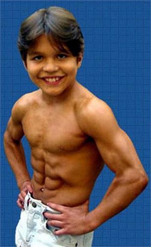 """Những bài tập dần dần được nâng cao và khó hơn. Richard luyện tập không ngừng nghỉ và có được """"da thịt"""" của một chàng lực sĩ khi bước sang... tuổi thứ 6"""