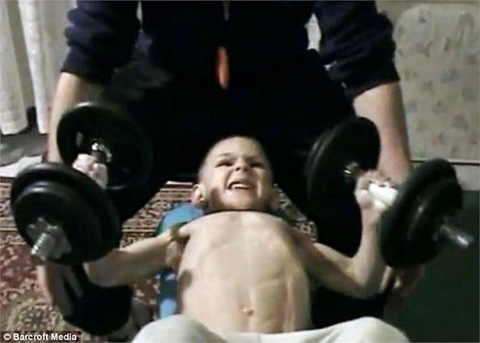 Được ghi nhận là những cậu bé có thể chất tốt, hiện 2 anh em nhà Stroe đang là người giữ kỷ lục lực sĩ nhí khỏe nhất thế giới