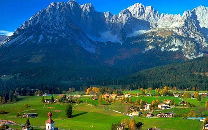 Quang cảnh ở đây tuyệt đẹp, với những dãy núi trải dài và đồng cỏ xanh bao la