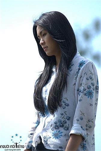 """Ngọc nữ Tăng Thanh Hà được hóa """"gái quê"""" trông vẫn rất xinh đẹp và duyên dáng trong phim Cánh đồng bất tận."""
