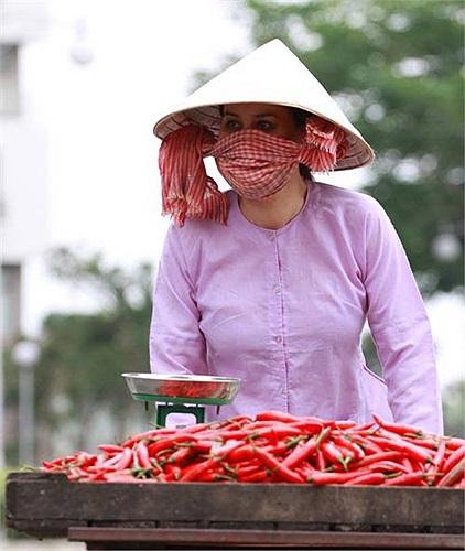 Người mẫu Thân Thúy Hà hóa cô nông dân bán ớt trong Cột mốc 23.