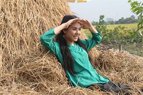 Vân Trang hóa cô gái quê trong Sông dài.