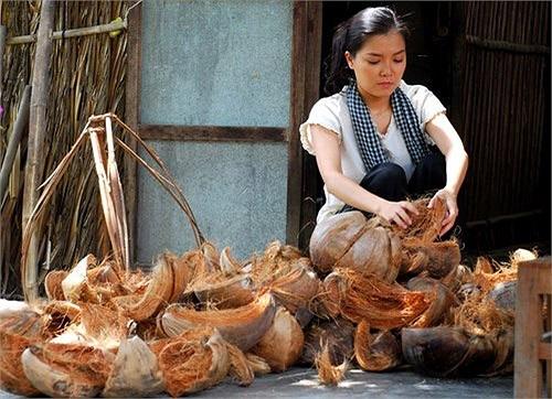 Thành viên nhóm Mắt Ngọc – Thanh Ngọc hóa cô gái bán dừa trong Chuyện xứ dừa.