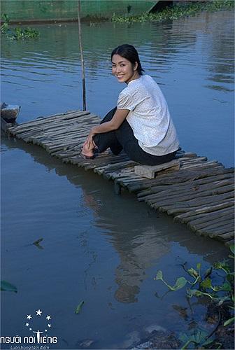 Trong phim, có cảnh Tăng Thanh Hà ngồi bên cầu, và gội đầu.