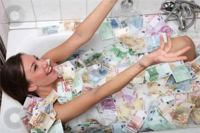 Cô gái người Philippines tên Jeane Lim-Napoles gấy sốt trên mạng xã hội khi khoe bức ảnh cô ngâm mình trong bồn tắm đầy tiền