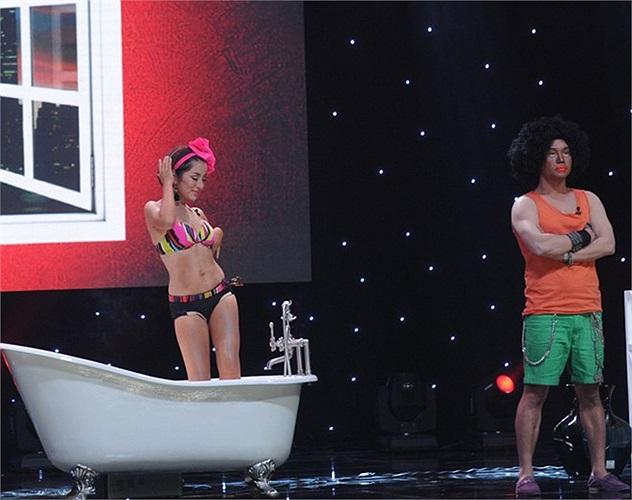 Thúy Nga tự tin trình diện bikini ngồi trong bồn tắm trên sân khấu, xung quanh cô là các chàng trai.