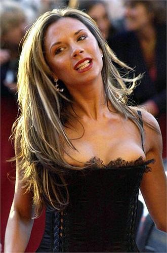 Tiêu biểu cho phong trào nâng ngực trong giới vợ và người yêu cầu thủ là Victoria Beckham