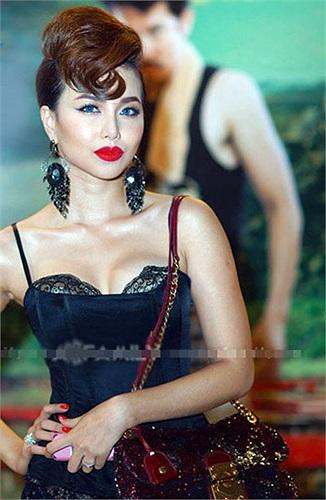 Bạn gái cũ của trung vệ Như Thành, Đinh Ngọc Diệp từng lộ vết sẹo ở nách, chứng tỏ cô đã từng đi nâng ngực