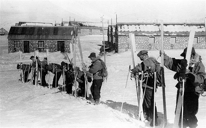 Các binh sĩ SBS trượt tuyết rất kém, họ được đào tạo để tấn công, đột kích bằng thuyền