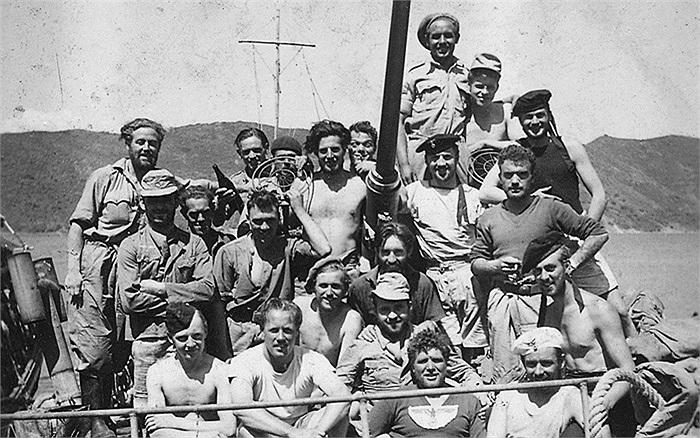 Các binh sĩ SBS chụp ảnh cùng đặc nhiệm LSF sau khi hoàn thành nhiệm vụ, một số còn mặc quần áo thu được từ quân Đức