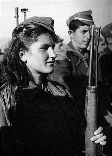 Một nữ du kích trẻ Albani
