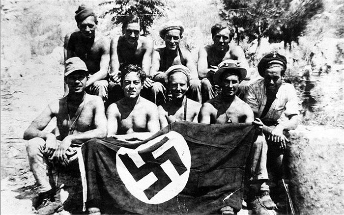 Các binh sĩ SBS và chiến lợi phẩm là lá cờ Đức Quốc Xã tháng 7/1944