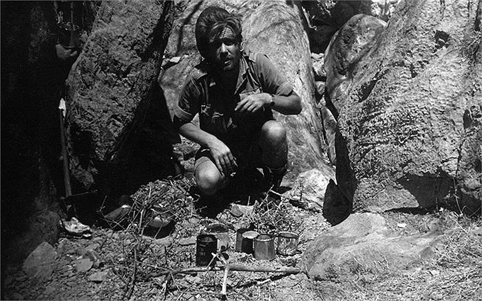 Binh sĩ SBS ăn đồ hộp ẩn nấp quân đội Đức Quốc Xã khi đổ bộ lên đảo Crete