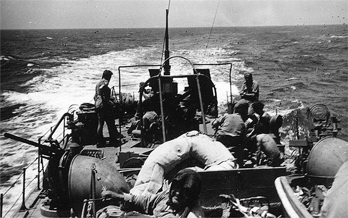 Các chiến binh di chuyển bằng thuyền trên đường về Địa Trung Hải