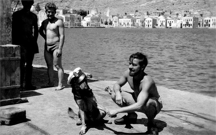 Họ được nghỉ ngơi ở Aegean, Hy Lạp trước khi tiếp tục làm nhiệm vụ