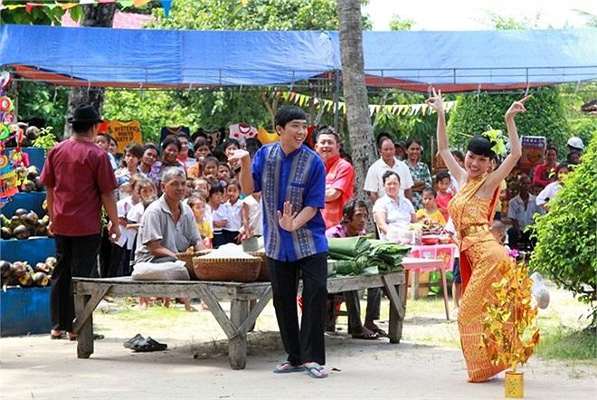 Chàng diễn viên kiêm MC cùng ê-kíp của bộ phim Tết 'Hai Lúa' đã bắt đầu những cảnh quay tại nước bạn Campuchia.
