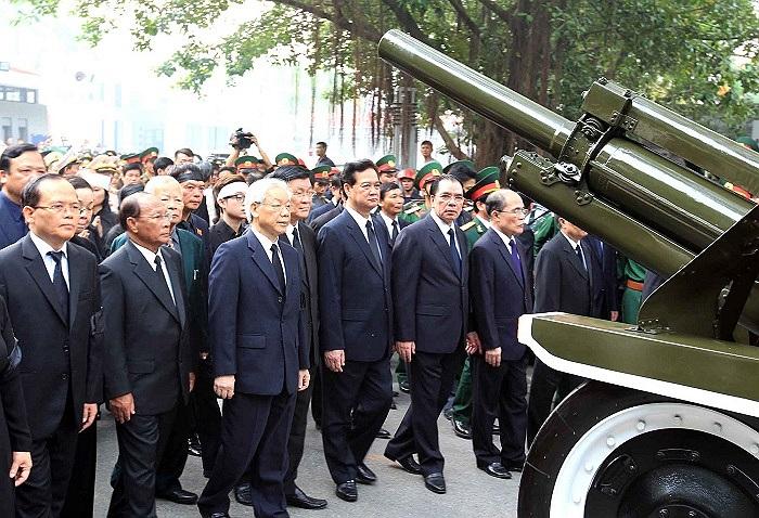 Hàng chục triệu đồng bào cả nước nghẹn ngào niềm tiếc thương vô hạn khi nhìn Vị Tổng tư lệnh về đất mẹ.