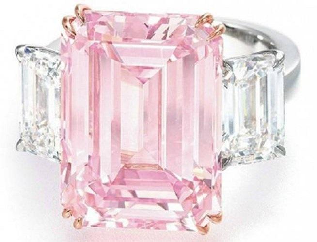 Viên kim cương màu hồng Perfect, giá 23,2 triệu USD. Đúng như tên gọi, Perfect đươc làm từ những viên kim cương màu hồng. Nó nặng 14,23 carat, trong đó, mỗi bên có 1 viên kim cương nhỏ cùng kích thước nặng lần lượt là 1,73 carat và 1,67 carat. Để hoà