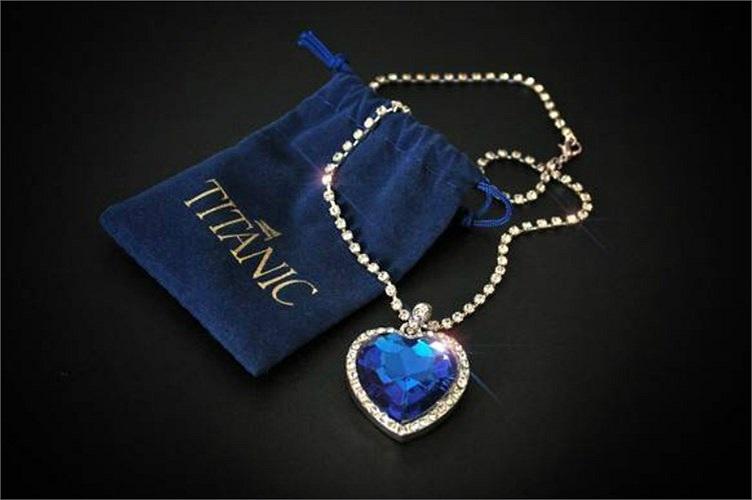 Vòng cổ có viên kim cương màu xanh biển, giá 20 triệu USD. Từng xuất hiện trong bộ phim nổi tiếng Titanic, chiếc vòng cổ này được xem là một trong những đồ trang sức đắt nhất. Viên kim cương màu xanh biển ở giữa nặng 15 carat, do Harry Winston, người