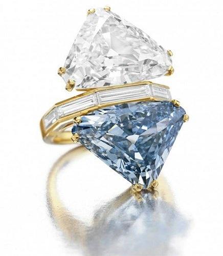 Nhẫn kim cương màu xanh của Bun-ga-ri, giá 15,7 triệu USD: Chiếc nhẫn kim cương 2 mặt đá này cực kỳ độc đáo nên có giá rất cao. Nó gồm 1 viên kim cương hình tam giác màu xanh nặng 10,95 carat và 1 viên kim cương hình tam giác khác nặng 9,87 carat.