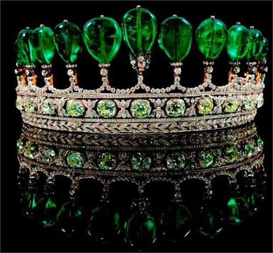 Vương miện ngọc lục bảo và kim cương. Giá 12,7 triệu USD: Chủ sở hữu của món đồ trang sức đắt tiền này là Công chúa Katharina Henckel von Donnersmarck. Nó gồm 11viên ngọc lục bảo có hình quả lê nặng khoảng 500 carat của người Colombia. Chiếc vương m