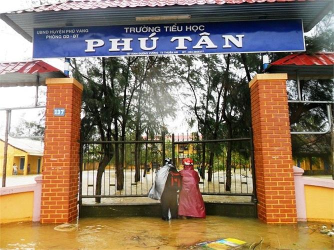 Trường tiểu học Phú Tân (Huế) chìm trong biển nước