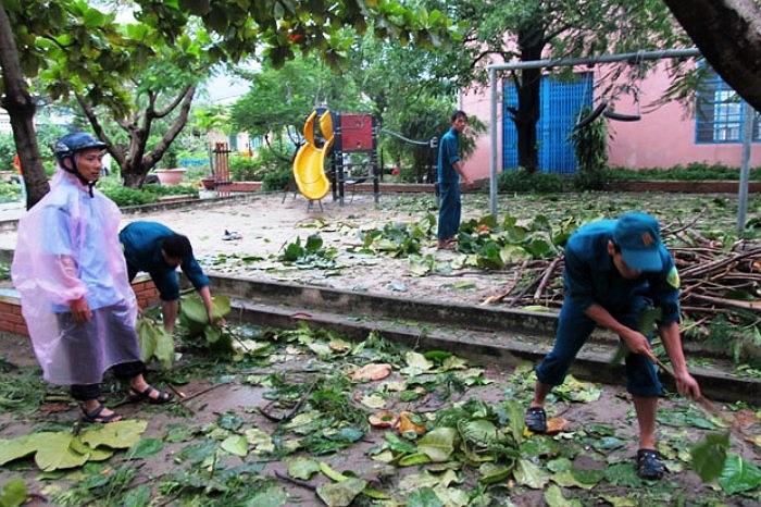 Các giáo viên tại Đà Nẵng phải tham gia dọn trường sau cơn bão