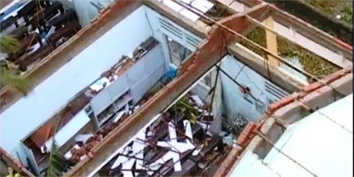 Cửa kính, cửa cổng sắt của nhiều trường bị vỡ và sập; hàng trăm mét tường rào bị đổ sập.