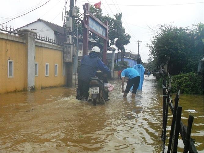 Trong khi đó, nhiều trường học tại Huế chìm trong biển nước. Học sinh phải nghỉ học (Ảnh: VTC News)