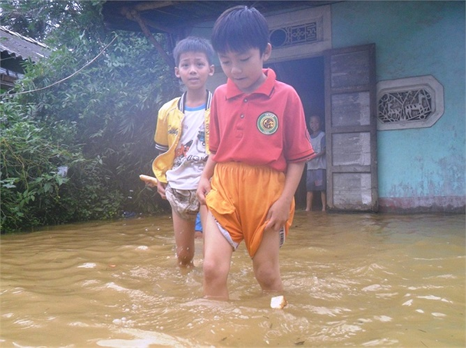 Nước ngập lênh láng trong nhà, nhiều học sinh chơi trong 'biển nước' trong sân nhà mình