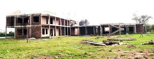 Ngôi trường mầm non xây trên địa bàn thôn Yên Nội, xã Đồng Quang (Quốc Oai, Hà Nội) xây dựng dở dang đã bỏ hoang hơn 2 năm nay.