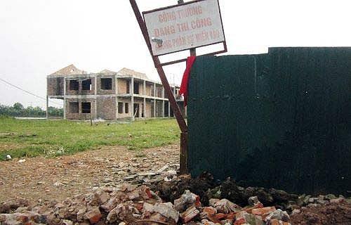 Người dân đang hết sức mong mỏi, các cấp chính quyền có liên quan sớm hoàn thiện công trình để các cháu nhỏ được học ở một ngôi trường mới khang trang hơn tránh lãng phí.