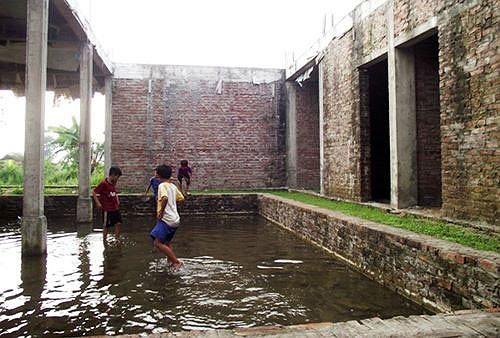 Chị Hằng - một người dân trong thôn cho biết: Nhìn ngôi trường khang trang được xây dựng, chúng tôi phấn khởi lắm. Nhưng không ngờ đang xây dựng dở thì dừng lại giữa chừng, rồi thì bỏ hoang